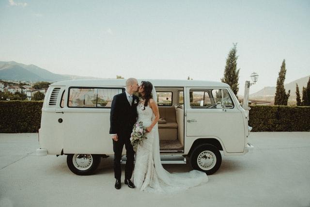 Suknie ślubne dla indywidualistek, które cenią minimalizm